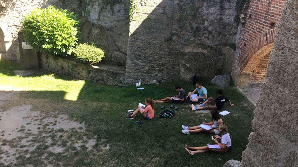 Teenagers_learning_German_and_French_in_Estavayer,_Switzerland